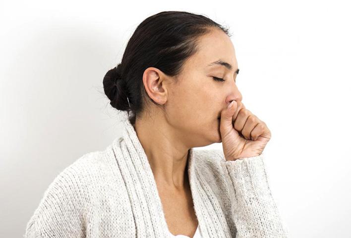 Женщина кашляет